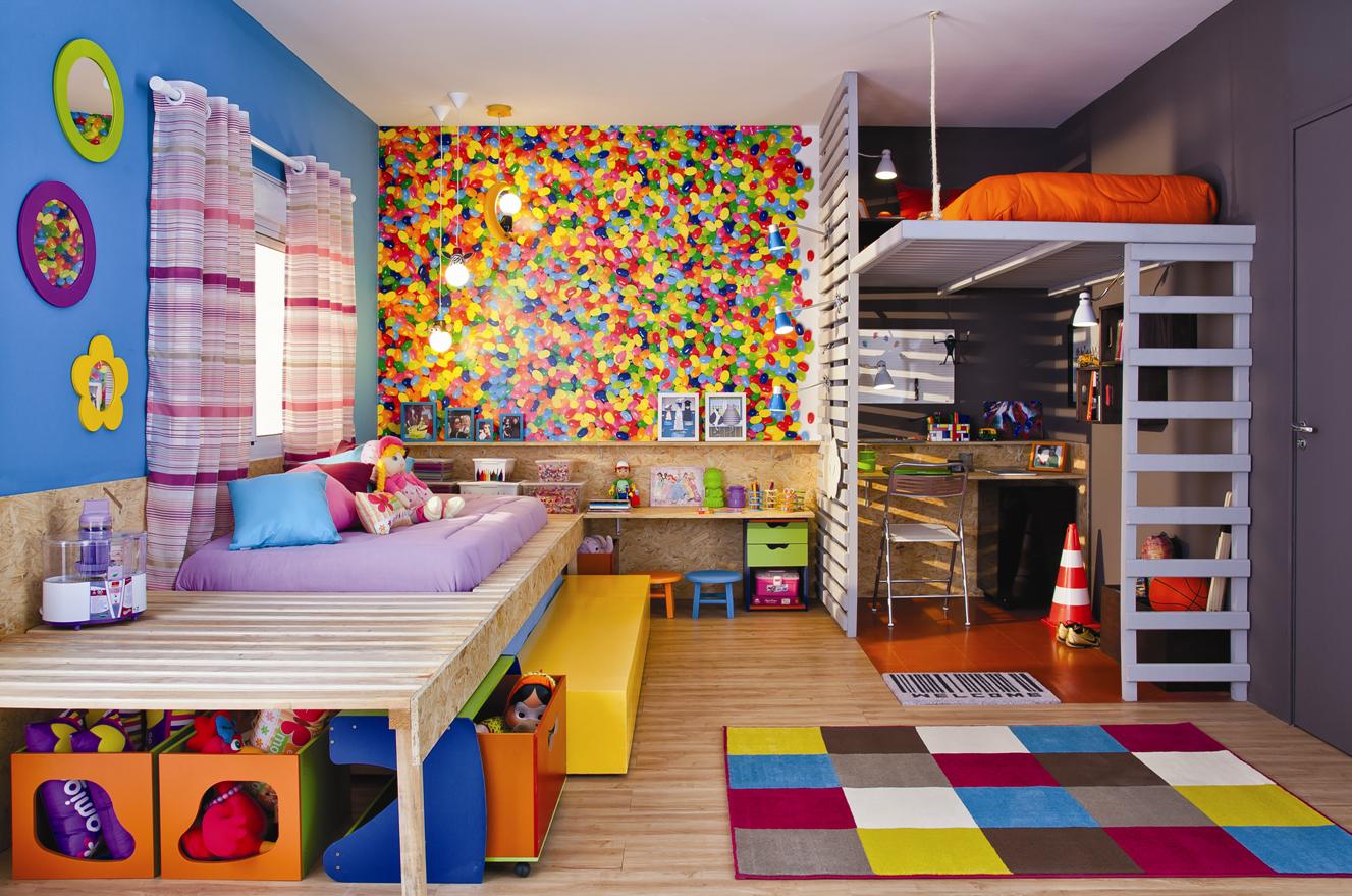 sala antes neutra recebeu objetos cheios de cor para criar  #AB6820 1327x879